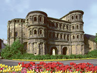 Die Porta Nigra in Trier sollten Sie bei Ihrer Weinreise an die Mosel besichtigen.